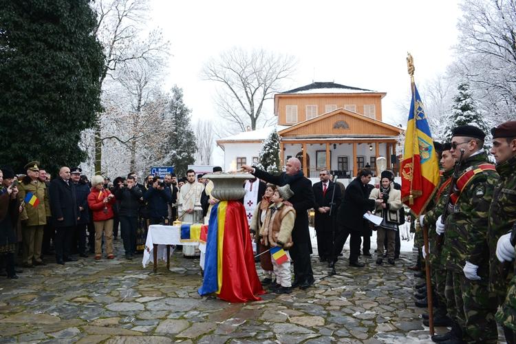 S-a aprins Flacara Centenarului la Muzeul Golesti (9).JPG